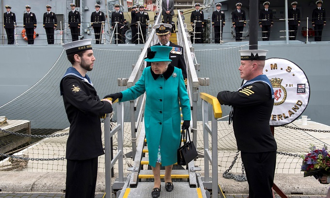 Britains Queen Elizabeth visits HMS Sutherland in the West India Dock, London, Britain, October 23, 2017. Photo by Reuters/Arthur Edwards/Pool