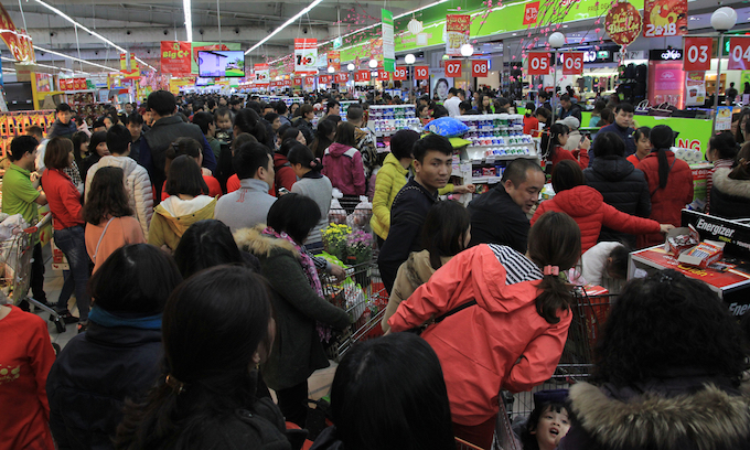 A big supermarket in Hanoi is overcrowded with Tet shoppers just five days before the start of the new lunar year. Photo by VnExpress/Anh Tu