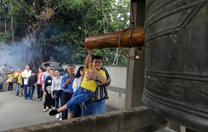 At Vinh Nghiem Pagoda, hundreds of people, besides offering incense, queue for ring bells. In the New Year, a tolling bell expresses the harmony between heaven and earth. It is also considered a prayer for well-being to all, a 52-year-old woman named Ngoc Lan said.