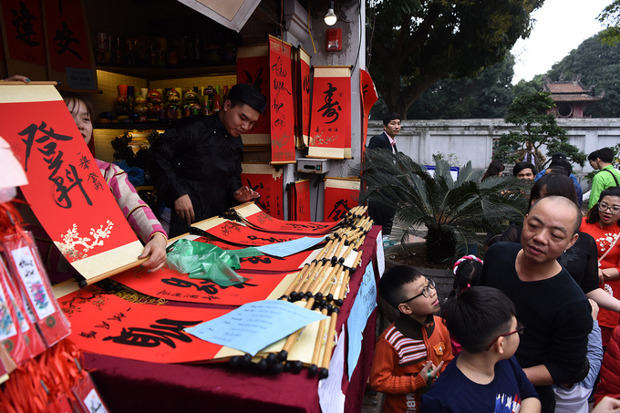 Those too busy to queue for custom made calligraphy can buy ready-made ones at gift shops.