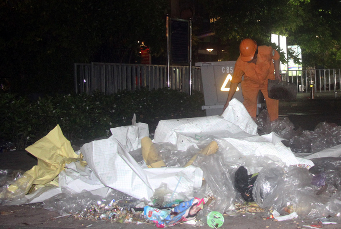 Street sweepers work hard on Nguyen Hue walking street. After each firework display, garbage has been seen everywhere. Youths wildly throw rubbish despite many notice boards, said worker named Luong.