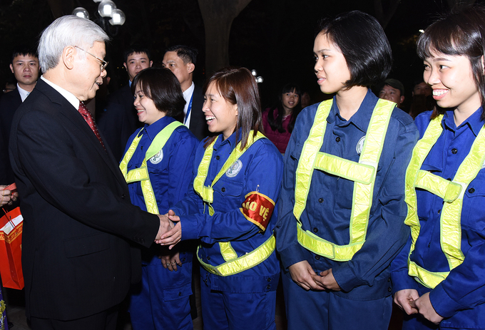 Trong wishes a Happy New Year to urban environment workers who are on duty to keep Hanoi clean on the eve of the Lunar New Year, better known as Tet in Vietnam.