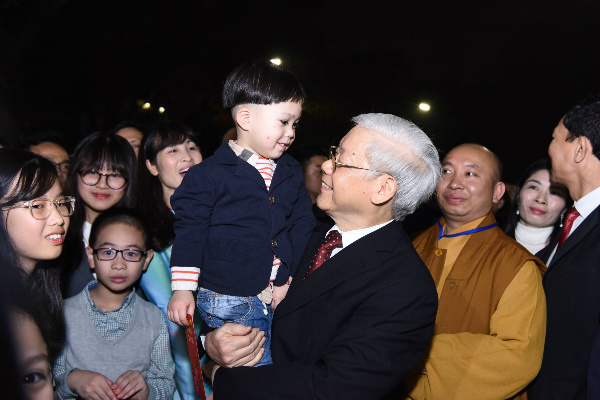 General Secretary of the Communist Party Nguyen Phu Trong also took to the streets to personally greet and wish the people a happy new year.
