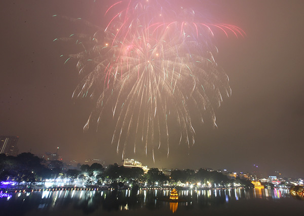 As the countdown hit zero, fireworks once again returned to the sky above Hoan Kiem Lake, after being replaced by on-screen fireworks last year following the Partys call for austerity.