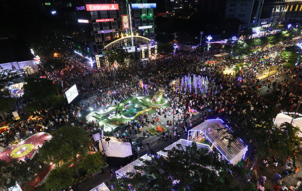 Nguyen Hue walking street was already packed more than two hours before midnight.
