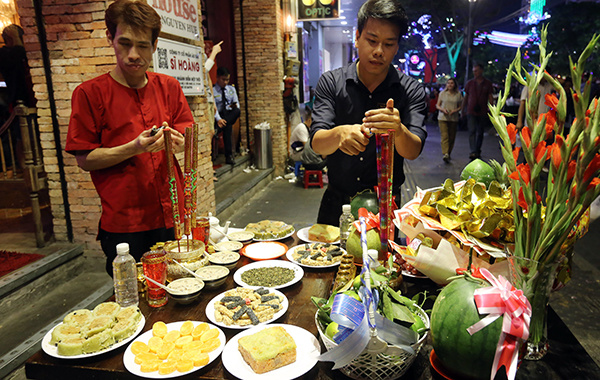 Many shopkeepers in District 1 could be seen preparing New Years Eve offerings just outside their shops an hour before midnight.