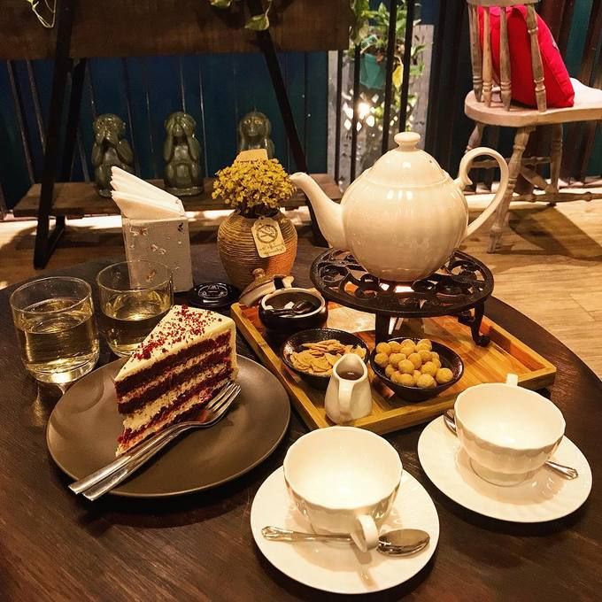 The Lissom Parlour, HanoiThis  shop on Nguyen Huu Huan Street, Hoan Kiem District, opened through midnight on the Lunar New Years Eve and will stay up until midnight during the holiday.  The tea set is customers favorite, which costs VND350,000 ($15) for  two. Photo by VnExpress/Bao Tran