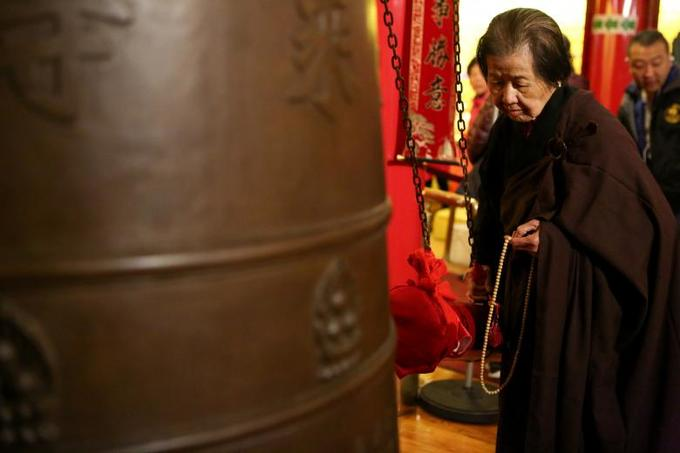 Senior parishioner Ci Heng rings a bell 108 times to welcome the Chinese Lunar New Year in Manhattans Chinatown in New York, February 16, 2018. Photo by Reuters/Gabriela Bhaskar