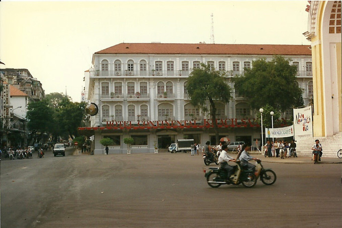 Nunas first flew into Ho Chi Minh City in January 1997, when Honda Cubs were trendy and traffic jams were still something exotic. The photo was taken in front of the Hotel Continental Saigon in the city center.