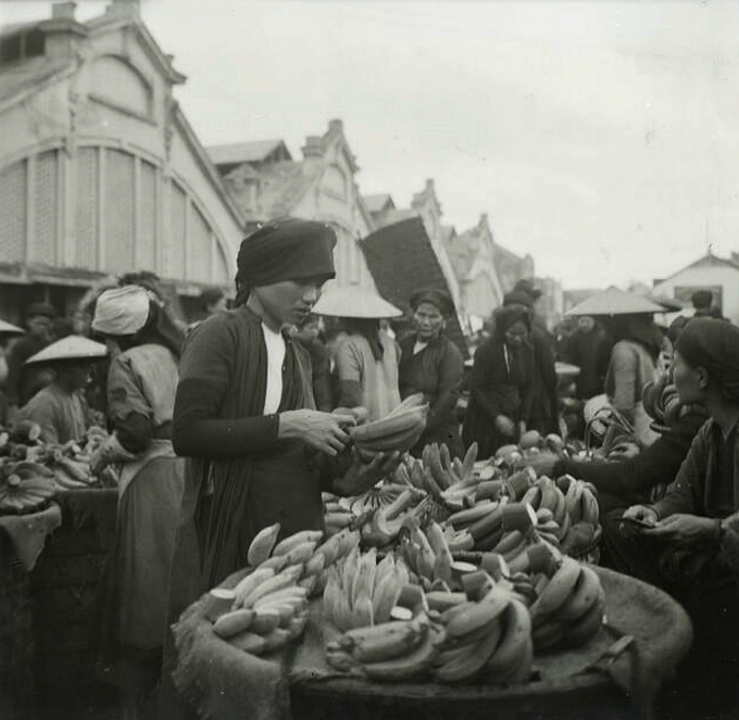 Another woman picked bananas amid the crowded Dong Xuan Market.