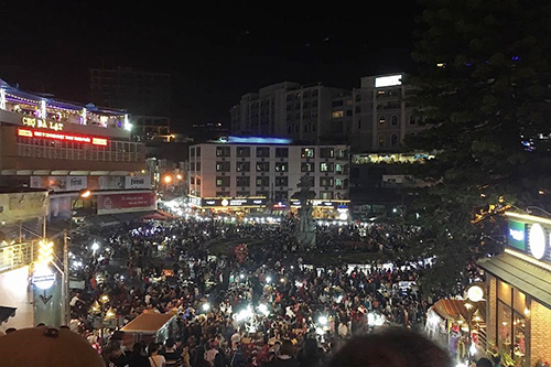 While the number of visitors has dropped compared to previous days, downtown Da Lat was still crowded on Wednesday evening. Around 7-8 p.m., a sea of people could still be seen at the towns night market. Photo by Thanh Truc.