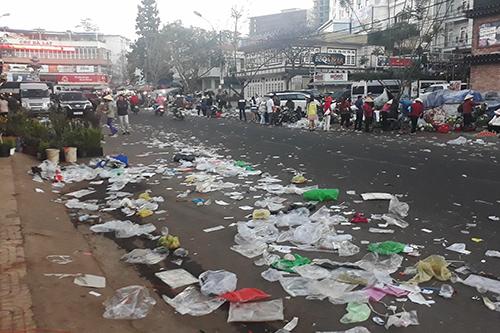 According to Phong, he had planned to visit Da Lat in the coming days but has moved the trip back by a week upon seeing the photos of garbage-covered streets. Photo by Tam Huynh.