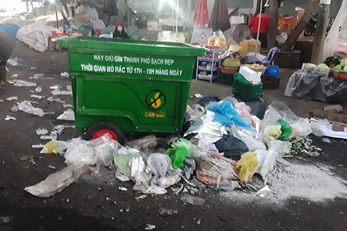 Im very sad that both locals and tourists let garbage flood the Da Lat market after just one night, said Tam, a Da Lat resident. I just want to use these pictures to remind people to be more aware in protecting the environment. Photo by Tam Huynh.