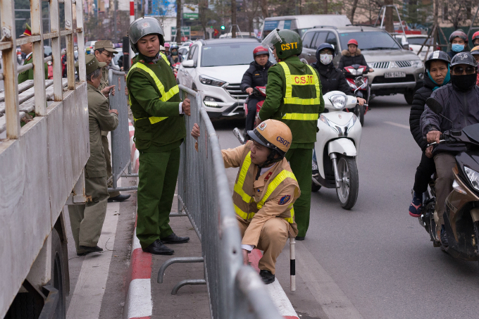 Traffic police puts up barriers in early afternoon on Friday ahead of the ceremony at 7 p.m. at Phuc Khanh Pagoda in order to maintain traffic order on Tay Son Street.