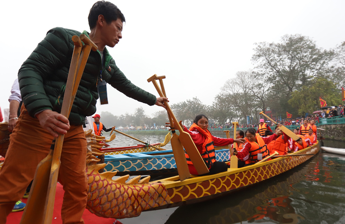 The competition gathers 27 teams and colorful dragon boats from Hanoi and nearby provinces. Most of the paricipants are amateurs.