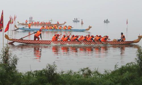 On Hanoi's giant lake, amateurs stir up colorful boat race
