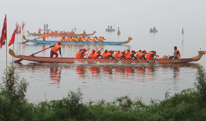 on-hanoi-s-giant-lake-amateurs-stir-up-colorful-boat-race