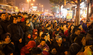 Thousands block Hanoi's main street outside overcrowded pagoda to wish away bad luck