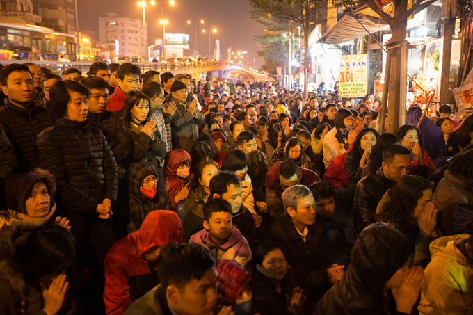 thousands-block-hanoi-s-main-street-outside-overcrowded-pagoda-to-wish-away-bad-luck