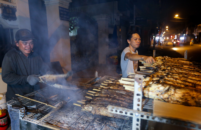 Grilled blotched snakehead fish has been sold here for over a decade. Its sold here every day but the busiest time is on God of Wealth Day. From 1 in the morning, the staff are already busy setting up the fire, preparing the fish, grilling& in time to sell in the morning, Thi, a stall owner said.
