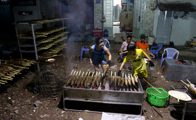 The fish is not just being grilled on the sidewalk of Tan Ky Tan Quy Street but also right in the courtyard of houses.   Usually I sell just about 100 fish a day but today I had to buy 800 to sell enough grilled fish. Today is the only day during the year the grilled fish sells like hot cakes so the entire family has to work overnight, Tuyet Phuong said.