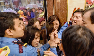 Hanoians queue from crack of dawn to buy gold on God of Wealth Day