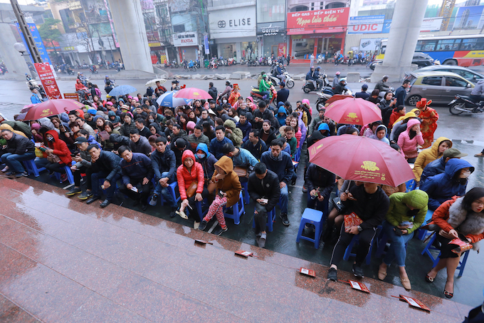 In Cau Giay District, the second gold mine of the city, the rush is no lesser. Over 100 customers can be seen queuing outside a gold shop there