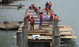 Hue starts construction of new walkway on iconic river using rare, valuable timber