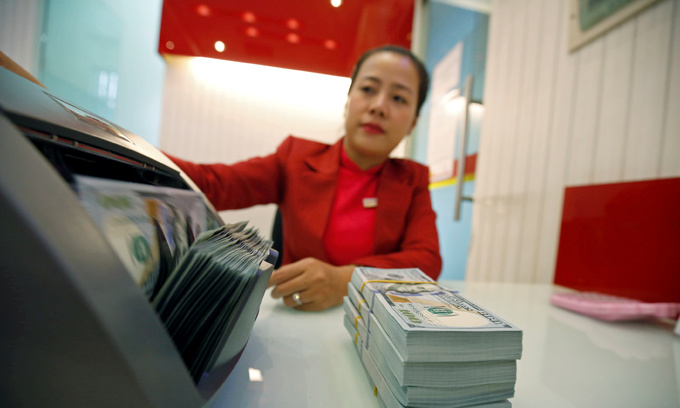 Bank employees' salaries average monthly $440-1,320 in Vietnam: survey
