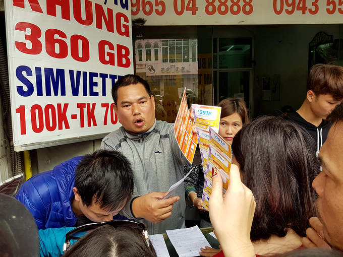 A wholesale trader in Hanois My Dinh District said that over 10 retailers had ordered 100 cards each. Two-thirds of the cards they ordered had a face value of VND100,000 and upwards.