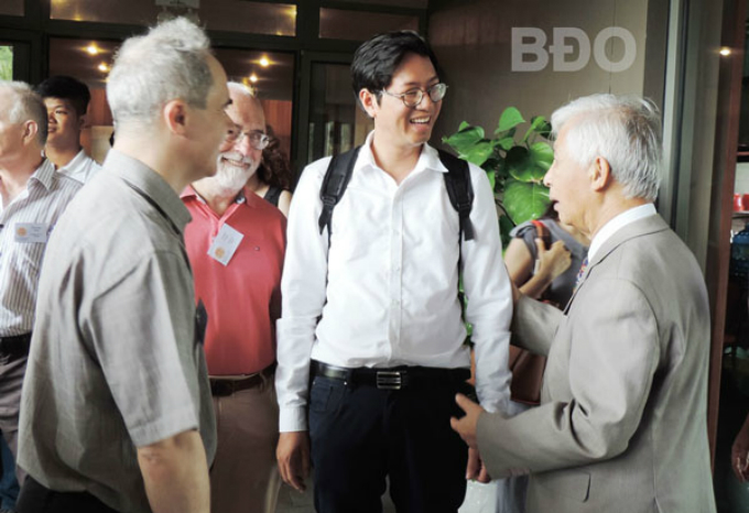 France-based physicist Tran Thanh Van, founder of Meeting Vietnam, talks with scientists at the Exoplanetary Science conference in Quy Nhon on February 16, 2018. Photo by Binh Dinh Online