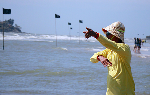 Vietnamese beach town warns tourists of savage rip currents