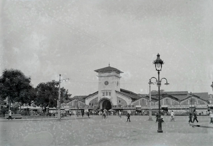 Ben Thanh Market was a rendezvous of street vendors by the Saigon River in early 17th century before French colonial powers took over Saigon in 1859 and developed it into a true market that was made from brick and wood with thatched roof.