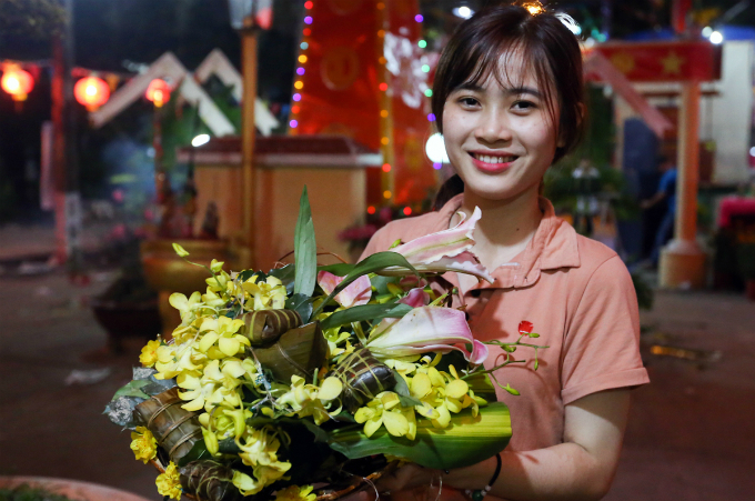 Quynh Giao, 17, says she chooses flowers and traditional cakes that can be kept for several days to put them on the altar at her home for worshiping and decoration at the same time.