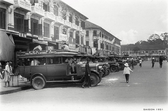 The two roads along the market used to be a depot until 1940 to transfer passengers between Saigon and other cities and provinces in the south.