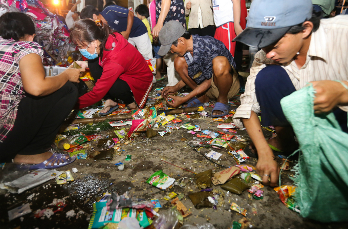 After 20 minutes when the chaos finally comes to an end, these people move in to pick up whatever others left behind. Phuong, the man with the bag, says people do not starve for these cakes and snakes but just want to bring them home for luck and prosperity.