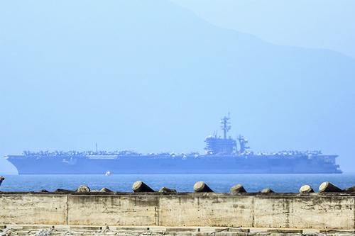 US aircraft carrier docks in Vietnam on start of landmark visit