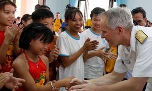 US sailors visit Vietnamese shelter for victims of Agent Orange