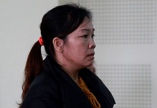 Nguyen Thi Ut Tha listens to the courts verdict. Photo by VnExpress.