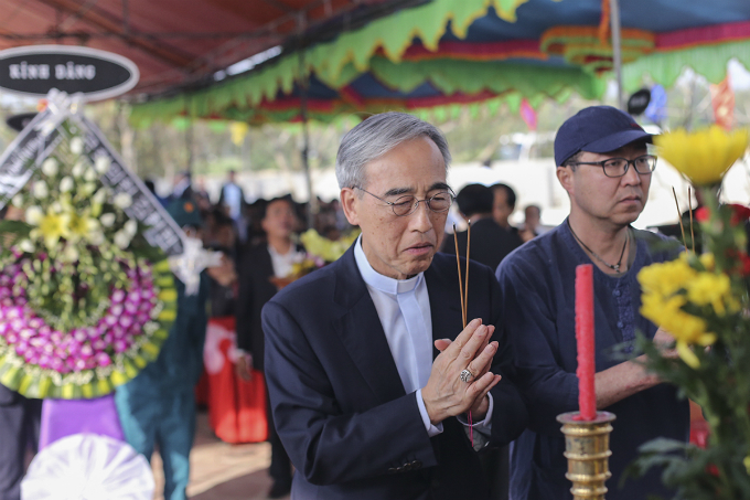 Kang U Il, President of the Korean-Vietnamese Peace Foundation, lights incense to pay tribute for the victims.