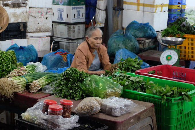 The name Ba Queo (Debilitated Lady) is thought of by some to originally come from a widow whose hand was debilitated (queo means disabled or debilitated in Vietnamese). The childless widow worked in the market for years, hence the name given to distinguish from other markets.