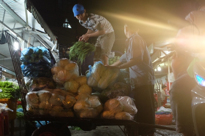 The market operates every day and every night, which is unusual compared to other traditional markets in Ho Chi Minh city. Items are delivered in the early morning. Peak hours are 3-4am.