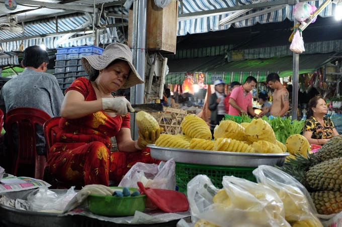 There is also a lore which suggested the markets name belongs to a lady who was one of five wives of a Vietnamese general in the 18th and 19th century. The general formed 5 markets in Saigon (now Ho Chi Minh city), each given to one of his wives to manage.