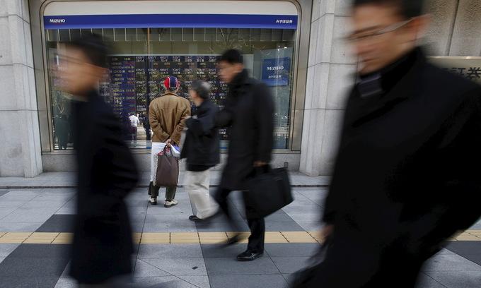 Asian markets mixed as trade war fears return