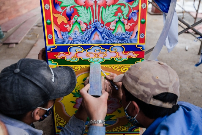 Three days before the festivals opening, workers were still working around the clock to finish constructing the pavilion and decorating the structure. In addition to the jeweled mandala, the festival would also see the unveiling of a 12x16 meter painting of Bodhisattva Guanyin which the Gyalwang Drukpa had gifted the Tay Thien Grand Mandala Stupa last year.