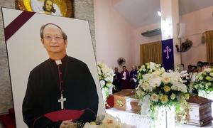 Parishioners stay up all night in HCMC to bid final farewell to late Archbishop