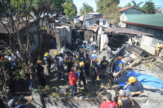 7 dead as Philippine plane crashes into house