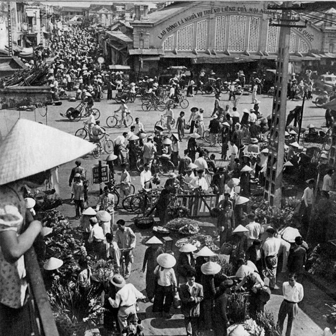 Dong Xuan Market, one of most crowded and biggest markets in Hanoi until today, in 1959. Rév Miklós was born in 1906 in Sátoraljaújhely and died in 1998 in Budapest of Hungary. During his trip to Hanoi in 1959, Miklós was president of Association of Hungarian Photographers.