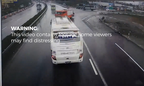 Traffic mayhem ensues as deadly crashes jam Hanoi highway