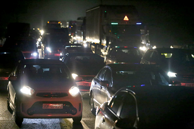 Cars and trucks start moving on Phap Van-Cau Gie Expressway in Hanoi near midnight on Sunday, after being held for hours by multiple crashes. Photo by VTCNews